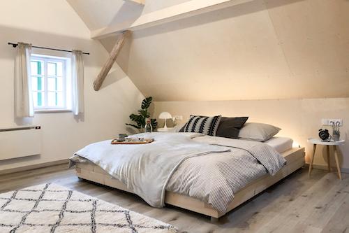 Manželská postel ve velkém pokoji